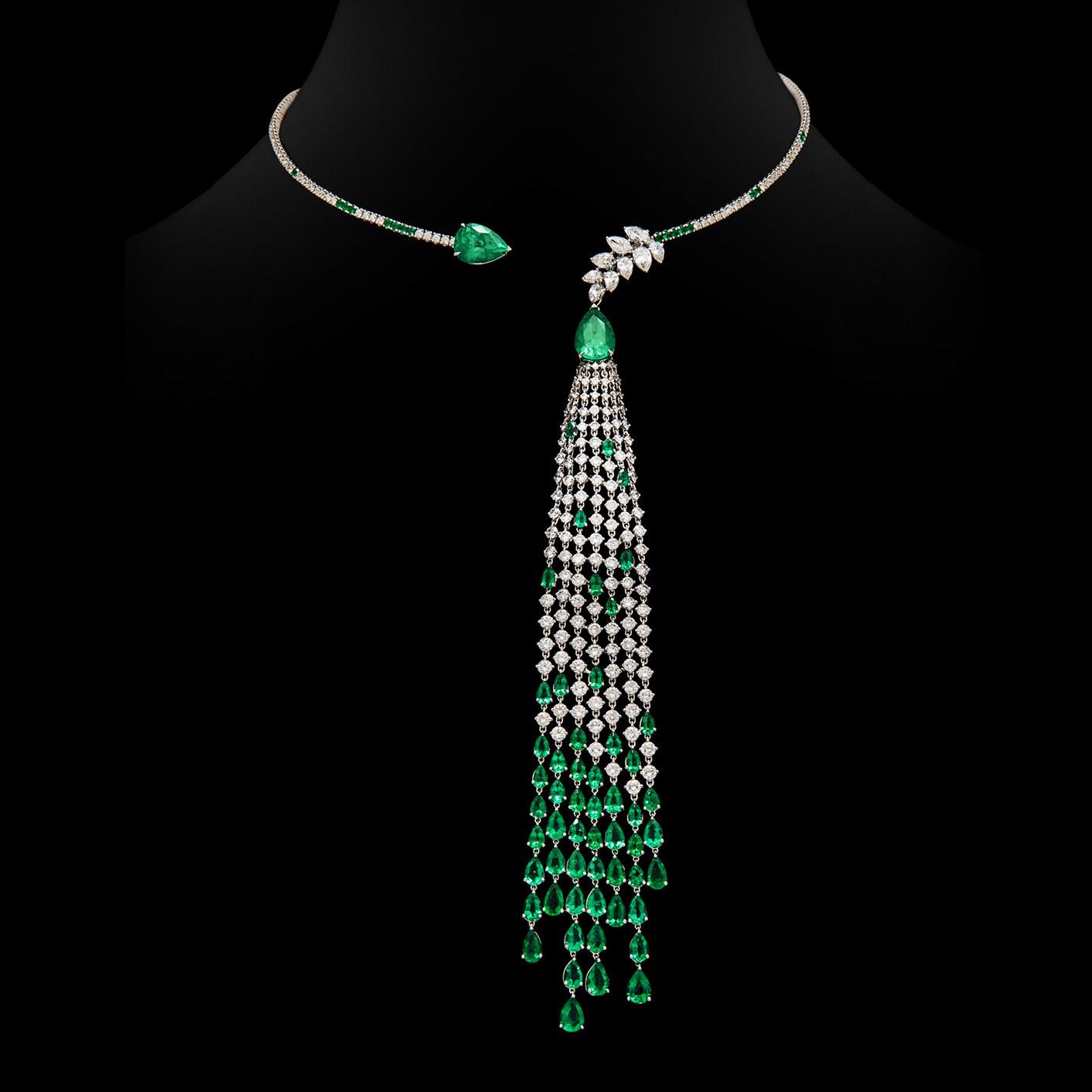 La collana Essenza in oro bianco con diamanti e smeraldi.