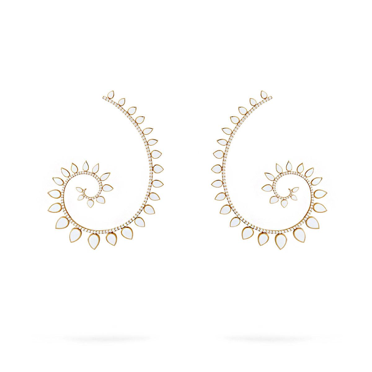 Orecchini in oro rosa, ceramica bianca e diamanti.